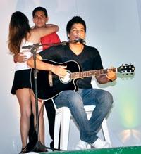 O cantor Juceir Júnior, ex-aluno do colégio, é um verdadeiro ídolo dos alunos. (foto: Sheila Vignoli)