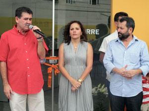 O deputado Paulo Melo, a prefeita Franciane e o secretário Zezinho.