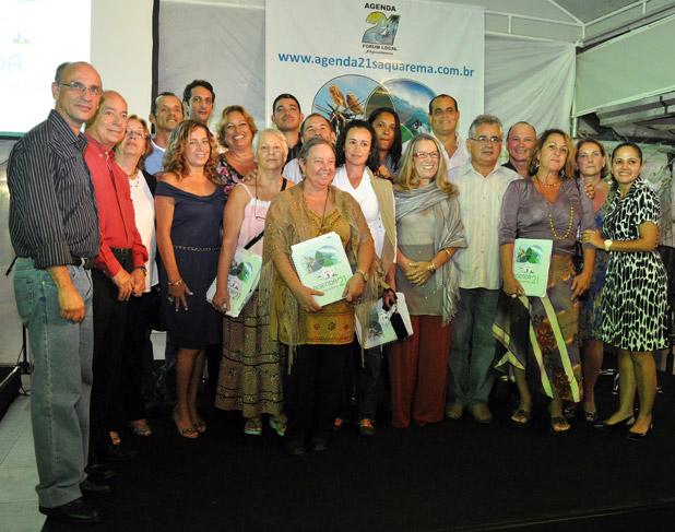 O grupo da Agenda 21 com a prefeita Franciane Motta (à direita) e Ricardo Ferraz, coordenador da Agenda 21 Comperj (o mais alto no fundo à esquerda). Foto: Agência Petrobras.