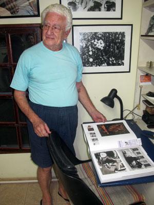Jean folheia um de seus livros em seu escritório