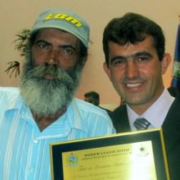 O vereador Orelha com o homenageado Marcos Ferreira da Silva