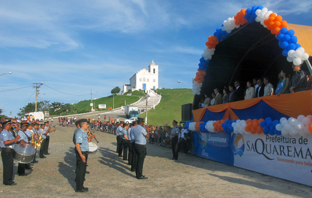 A Banda da Polícia Militar reverenciando as autoridades no palanque. Fotos: Edimilson Soares.
