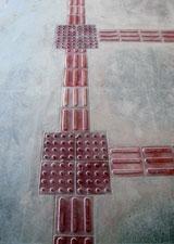 No piso, as marcas com relevo da sinalização para que os cegos possam andar nos corredores com segurança