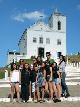 A mestre de balé , Rita Daumas,  com seus alunos e alunas, posando no cartão postal de Saquarema