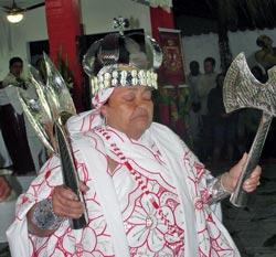 A mãe de santo Dolores, com a coroa e as machadinhas de Xangô (Foto: Paulo Lulo)