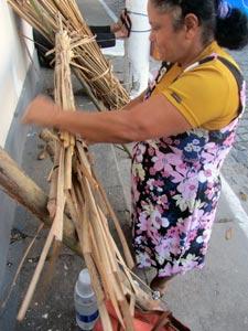 Uma artesã de Mombaça tecendo esteira com taboa