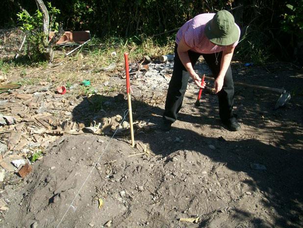 A arqueóloga Filomena Crancio analisando o Sambaqui da Toca do Peixe