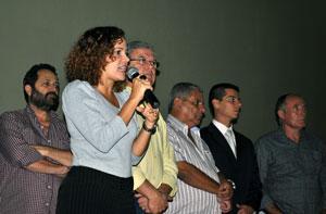 A prefeita Franciane falando aos moradores do Coqueiral e Barra Nova na inaguração do Centro Social que fica na Av. Litorânea