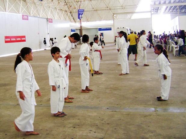 Aquecimento de parte da equipe da Academia RCS, no Campeonato Estadual de Karatê, em Macaé.