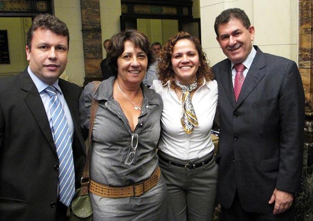 Nelson Naibert, do Polo Industrial, Luzinea Vignoli, secretária de Finanças, a prefeita Franciane Motta e o deputado Paulo Melo. (Foto: Edimilson Soares)