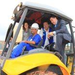 No trator com a prefeita Franciane e o presidente da Cedae Wagner Victer, inaugurando a obra de construção do reservatório de água no bairro que mais cresce na cidade