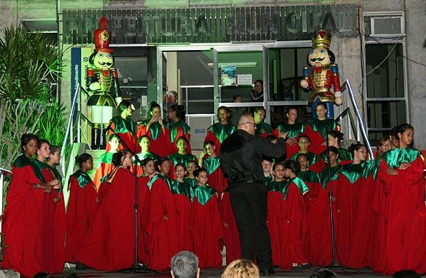 O Coral Escola que Canta abriu oficialmente o Natal da cidade. (Foto: Waldo Siqueira / ASCOM PMS)