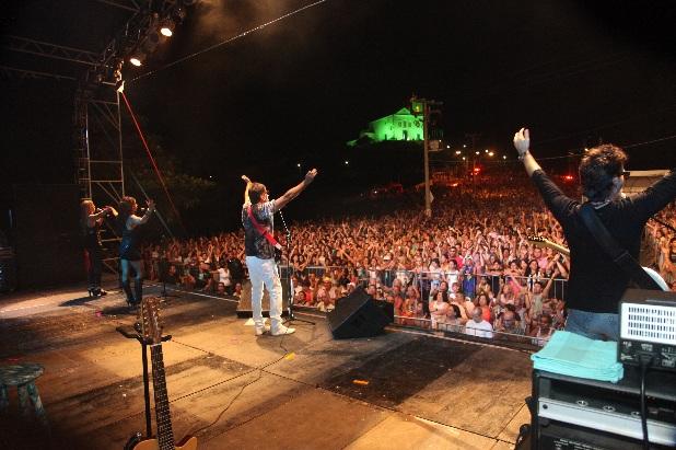 Multidão celebra Saquarema com a banda Blitz
