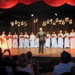 Maestro Moisés regendo o coral Vozes de Saquarema no Teatro Mário Lago. (Foto: Edimilson soares)