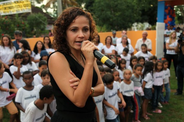 Franciane está reformando todas as escolas do município. Na foto, a prefeita falando aos professores e alunos da Escola Belino Catharino de Souza