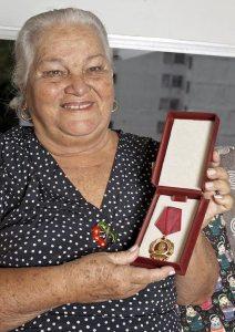Maria Prestes com a medalha recebida por Luiz Carlos Prestes na Bulgária, em 1972. (Foto: Jaime Acioli/Revista de História da Biblioteca Nacional)