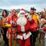 Chegada do Papai Noel no Clube Saquarema, que comandou a festa para a alegria das crianças. (Foto: Agnelo Quintela)