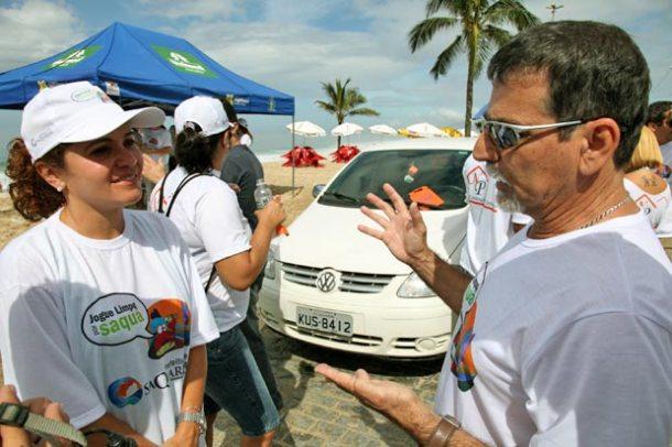 A prefeita Franciane Motta e o secretário de Meio Ambiente Gima participaram na distribuição de panfletos e saquinhos de lixo, em atividade de educação ambiental. (Foto: Waldo Siqueira / ASCOM PMS)