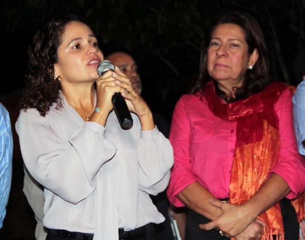 A prefeita Franciane Motta fala dos resultados obtidos pela Secretaria da Mulher ao lado da secretária Rosângela Borges. (Foto: Edimilson Soares)