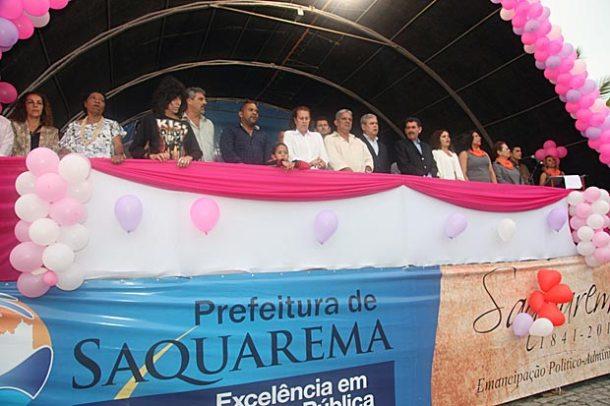 Autoridades municipais assistem do palanque ao desfile cívico-escolar de 8 de Maio. (Foto: Edimilson Soares)