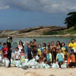 O professor de surfe Sol Angel e as crianças e jovens que participaram do Projeto Limpeza da Praia, na Barrinha, promovendo a consciência ambiental. (Divulgação)