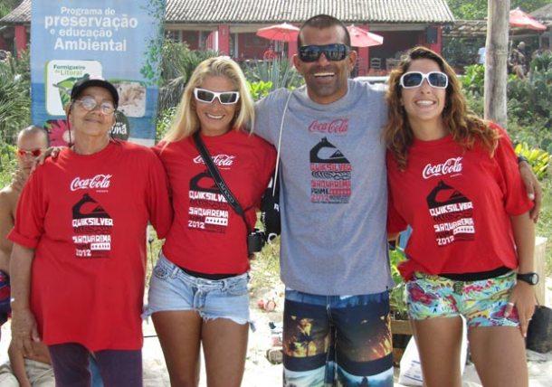 A equipe da Ong Jardins de Itaúna, mais um ano trabalhando pela preservação ambiental e cidadania, durante o Mundial de Surfe. (Monique Barcellos)