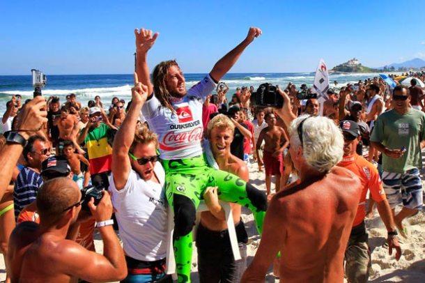 A festa australiana tomou conta da praia e os amigos de Matt o carregaram até o pódio, após dar um show nas ondas de Itaúna e desbancar o favorito ao bicampeonato e conterrâneo Kai Otton. (Foto: Pedro Monteiro)