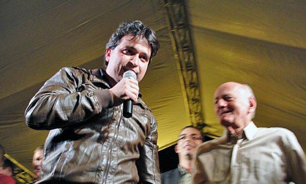 Filho do ex-prefeito Dr. João, o vereador Pedro Ricardo  inaugurou sua campanha no Calçadão de Bacaxá. (Foto: Paulo Lulo)