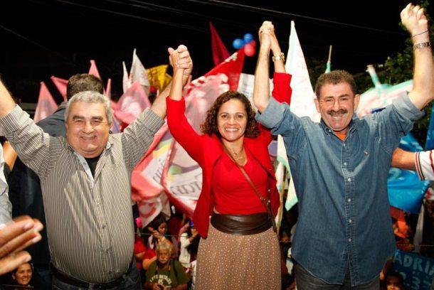 """O candidato a vice Zequinha, a prefeita Franciane e o deputado Paulo Melo, """"juntos por Saquarema"""". (Foto: Divulgação PMDB)"""