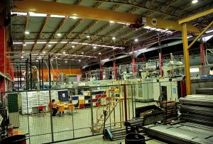 O interior da fábrica em Araruama, onde funcionários capacitados convivem com moderníssimos robôs na linha de produção e montagem.