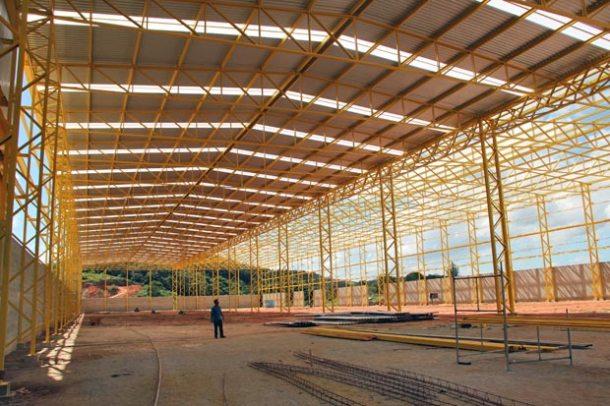 O megagalpão da fábrica no Palmital, com 12 metros de altura, vai abrigar inicialmente 400 funcionários, com capacidade de expansão para 1.000 empregos em Saquarema.