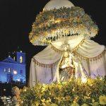 Saindo da Igreja Matriz, a imagem percorreu as ruas em andor ricamente ornamentado. (Foto: Agnelo Quintela)