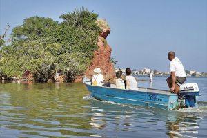 O passeio de barco na  Ilha do Gato teve coleta de lixo, além da sensibilização ambiental aos pescadores.