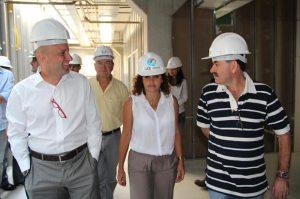 Visitando a obra do novo hospital, o secretário estadual de Saúde, Dr. Sérgio Côrtes, o secretário municipal de Saúde, Dr. Amílcar, a prefeita Franciane Motta e o deputado Paulo Melo, presidente da ALERJ. (Foto: Edimilson Soares)
