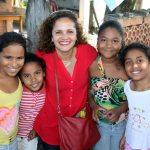 Franciane cuidando do futuro de Saquarema, foi cercada por meninas durante a visita na Basiléia, Sampaio Correa, terceiro distrito. (Foto: Waldo Siqueira)