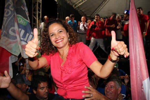 A prefeita carregada nos braços do povo, no último comício em Bacaxá. (Foto: Edimilson Soares)