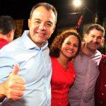 O governador Sergio Cabral prestigiando a campanha e saudando Franciane, Paulo Melo e Zequinha. (Foto: Waldo Siqueira)