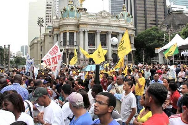 Uma multidão se concentrou na Cinelândia, no cento do Rio, em frente ao Teatro Municipal. (Foto: Luiz Mourier)