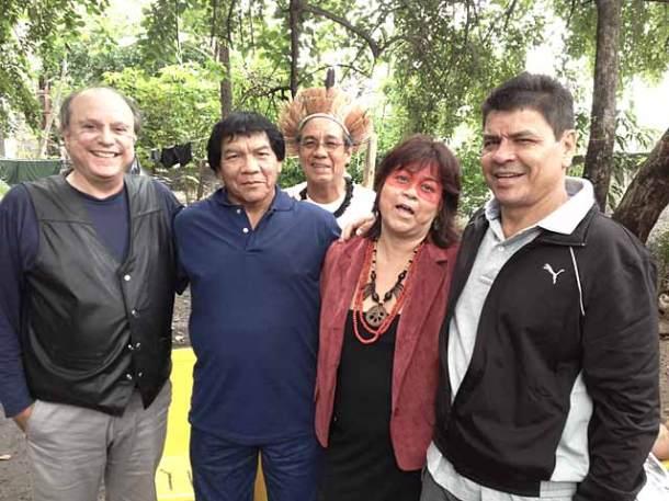 O professor Mércio Gomes, autor do livro Os índios e o Brasil, com lideranças indígenas, entre elas a advogada indígena Namara Gurupi e Chico Guarani,  ao fundo, na Aldeia Maracanã. (Foto: Divulgação)