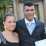 O vereador Kilinho, eleito pela primeira vez, com a esposa na entrada do Fórum