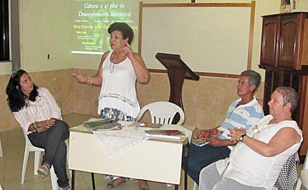A acadêmica Lina Barcellos, em pé, saudando os convidados Telma Cavalcanti, José Domingos e Dulce Tupy, no Ciclo de Palestras