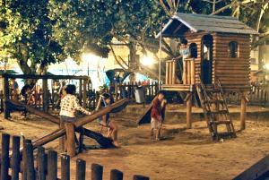 O parquinho infantil na Praça Antenor Oliveira (Praça do Canhão) é o espaço das crianças nas noites de verão