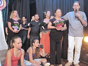 A bailarina e coreógrafa Rita Daumas e sua equipe recebendo homenagens e aplausos do público