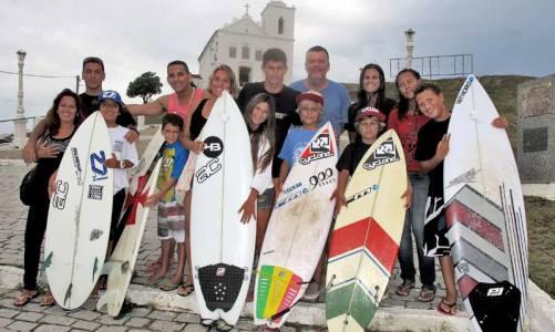 Pequenos surfistas vão  enfrentar ondas no Peru