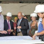 Durante a visita de vistoria das obras, equipe técnica e autoridades observam a planta do novo hospital (foto: Waldo Siqueira/PMS)