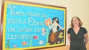 Idealizadora do projeto, Angela Jannuzzi, tem orgulho de ser professora e de trabalhar em uma escola que valoriza os livros (Foto: Edimilson Soares)