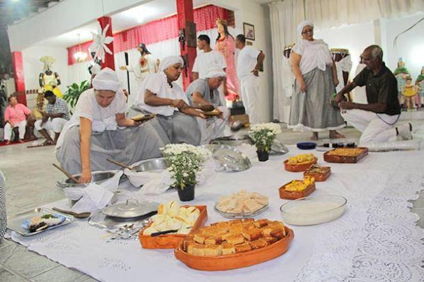Para a umbanda, o 13 de maio, passou a ser o dia dos pretos velhos, quando é oferecida uma feijoada seguida de doces tradicionais da culinária nativa (Fotos: Edimilson Soares)