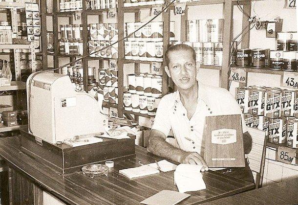O ex-vereador e empresário Simeão Nunes segurando um dos muitos prêmios que o Posto Bacaxá  ganhou, ao longo de sua história (Acervo Lúcio Nunes)