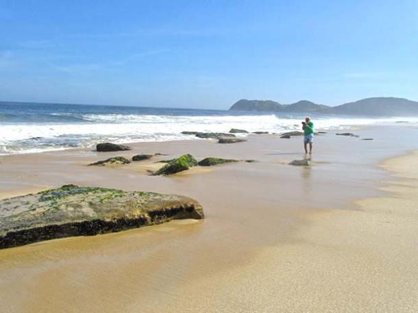 As pedras na Praia de Jaconé, descobertas pelo naturalista inglês Charles Darwin, pai da Teoria da Evolução, quando visitou a região em 1832, hoje ameaçadas pela construção de um porto em Ponta Negra, um terminal de petróleo e gás e um estaleiro (dulce tupy)