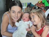 O tempo voa! Já está completando 2 meses do nascimento de Melissa, neta de Paulo Lulo, fotógrafo e colaborador do jornal O Saquá. Na foto, a mamãe Carol, com a ainda recém-nascida Melissa e a irmãzinha Yasmin